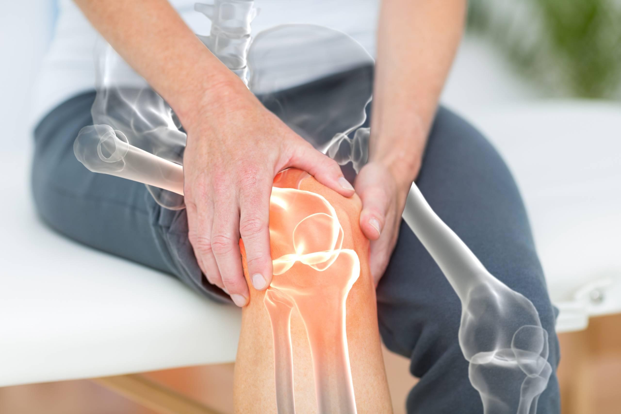 mężczyzna z bólem stawu kolanowego